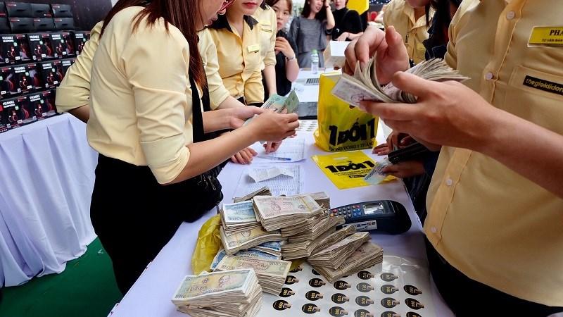 khách hàng mang 7 triệu tiền lẻ đến mua máy OPPO F3