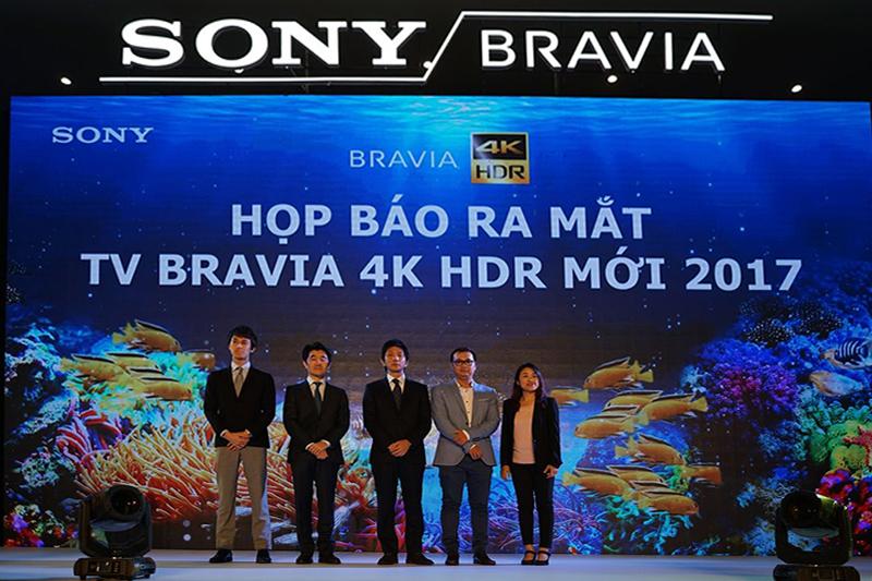 Đại diện công ty Sony phát biểu và chụp hinh lưu niệm với báo giới trong buổi ra mắt