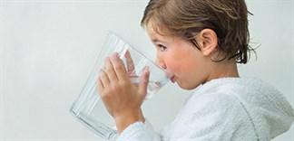 Bé uống nước thế nào là đủ?
