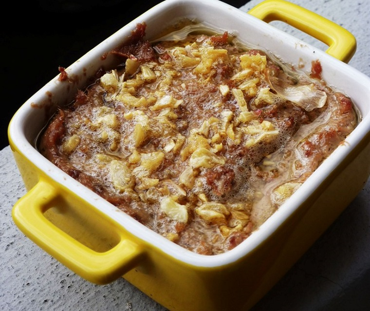 Thịt heo xay nhuyễn được ướp với các loại gia vị để làm pate