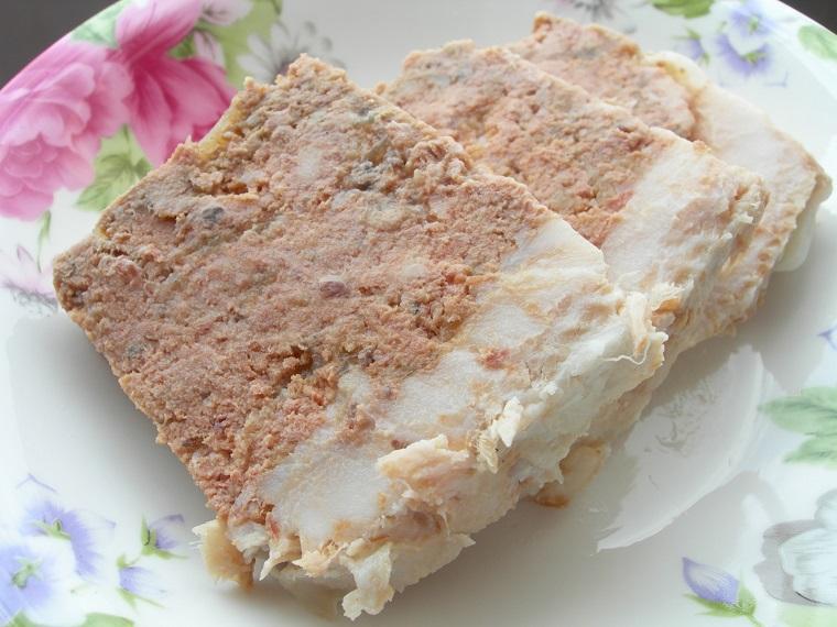 Ướp thịt xay làm pate trong khoảng 20 phút cho ngấm gia vị