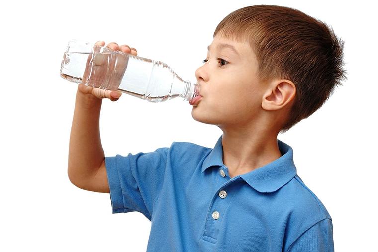 Có nên cho trẻ uống sữa thay nước?