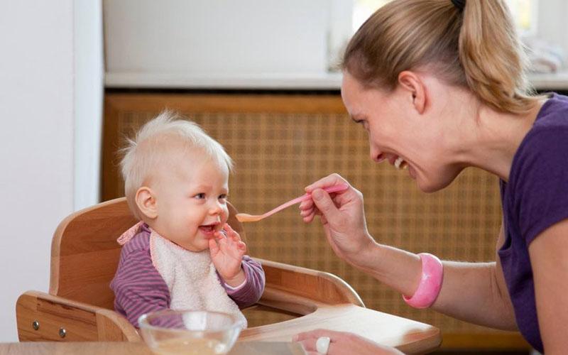 Bé có thể bị dị ứng với yến mạch nên cần cho bé dùng thử trước