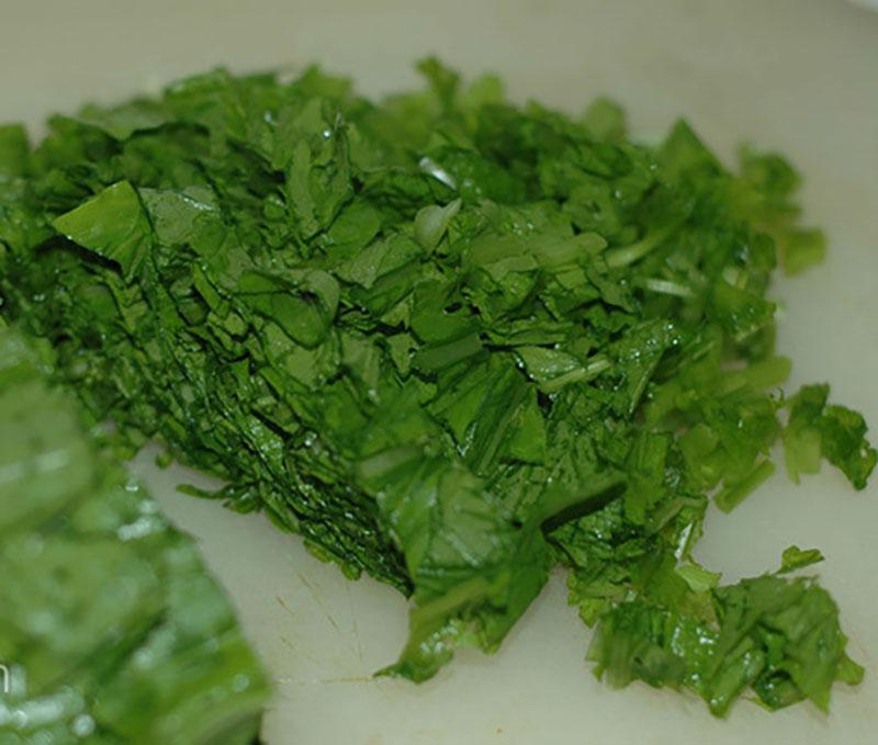 Cách nấu cháo tim heo với rau cải nhiều dinh dưỡng cho bé