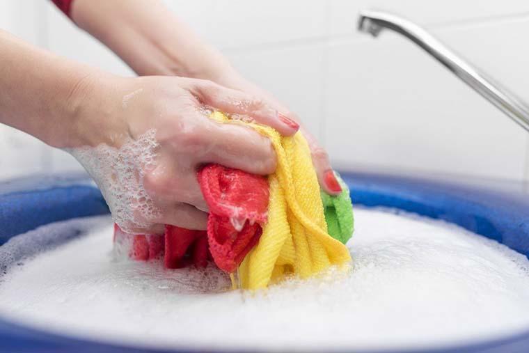 Cách tẩy sạch quần áo màu không lo bị phai