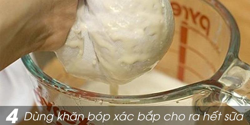 Sau đó dùng khăn sữa của em bé hoặc lưới lọc vắt thật mạnh xác ngô để sữa ngô ra hết. Cần chú ý lọc kĩ để bỏ hết phần xác ngô.