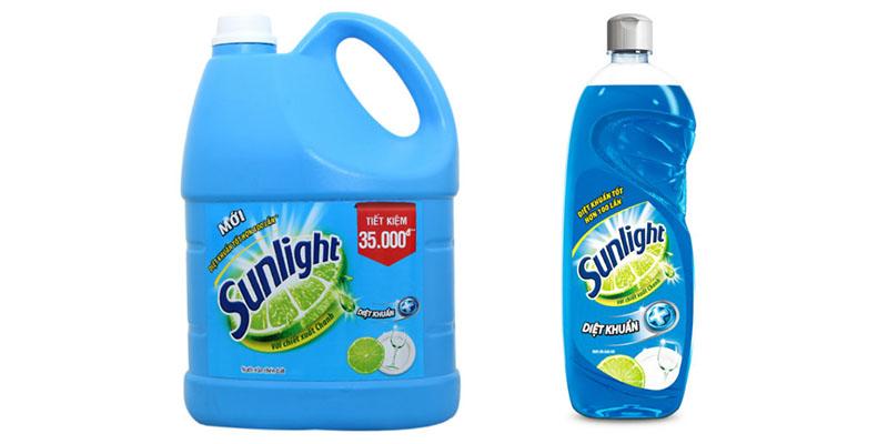 Nước rửa chén Sunlight diệt khuẩn với chiết xuất chanh và hoạt chất chống khuẩ.