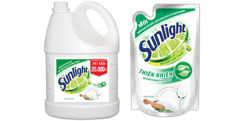 Nước rửa chén Sunlight thiên nhiên được chiết xuất từ những giọt chanh tươi, muối khoáng cùng tinh chất trà trắng.