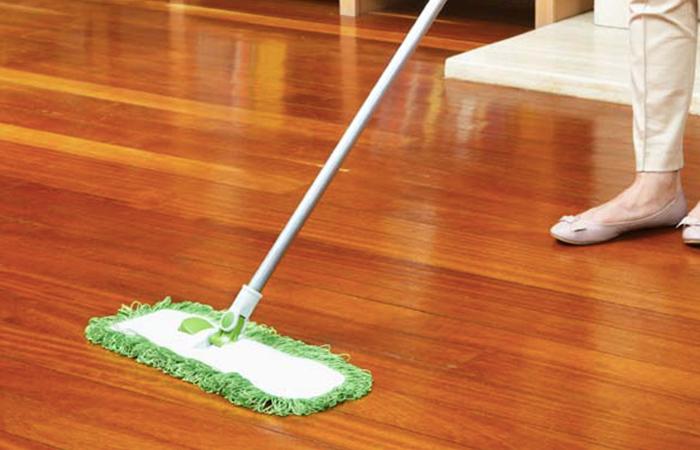 Cách lau sàn gỗ công nghiệp, tự nhiên sạch bóng không bị hư
