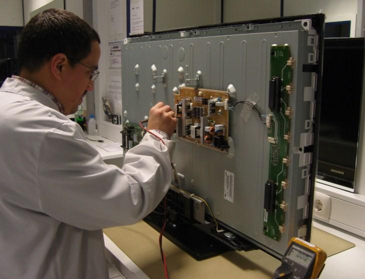 Nhờ đội kỹ thuật đến sửa khi tivi có hiện tượng bị chập điện