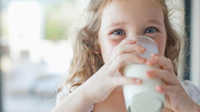 Khi nào bé uống được sữa tươi?