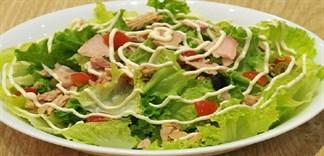 Có nên cho bé ăn món salad cá ngừ?