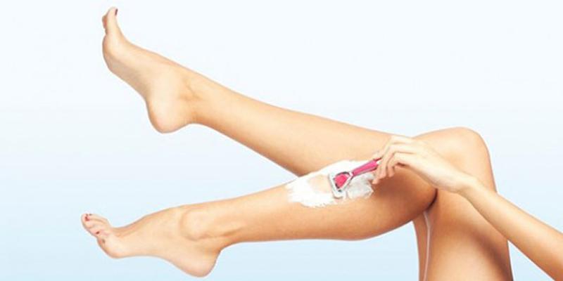 Làm sạch lông chân bằng dao cạo râu hiệu quả tức thời và kinh tế