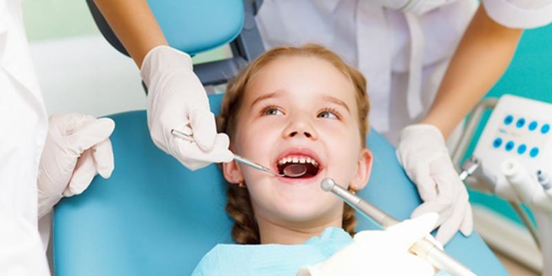 Chỉ nhổ răng sữa cho bé trong trường hợp bất khả kháng