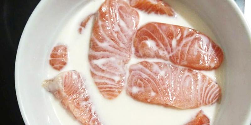 Khử mùi tanh cá hồi bằng sữa tươi