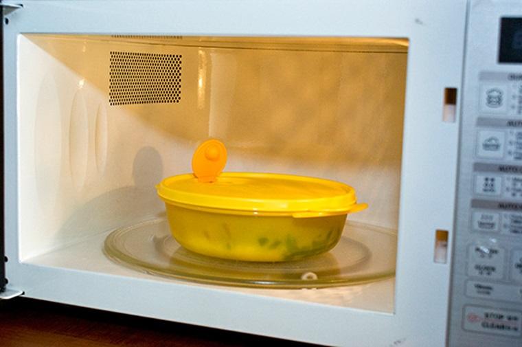 Lưu ý khi sử dụng hộp nhựa dùng được trong lò vi sóng