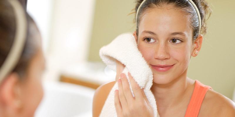 Dùng khăn ướt lau mặt có tốt không?