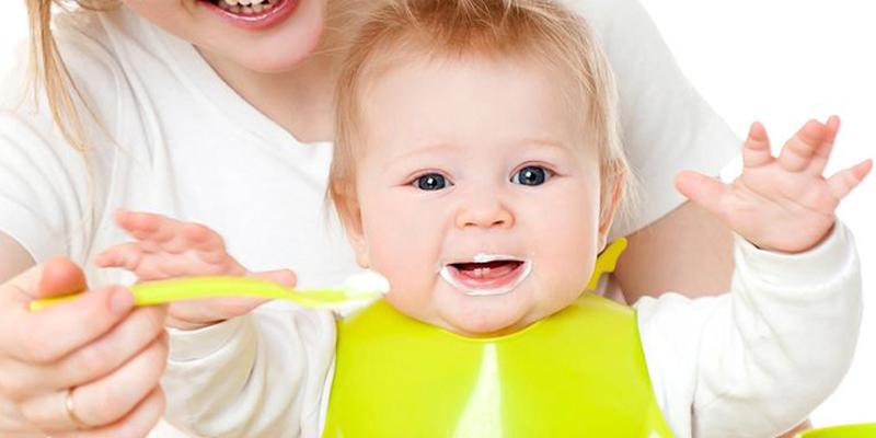 6 tháng bé đã có thể làm quen với sữa chua, nhưng thời điểm tốt nhất là sau 7 tháng tuổi