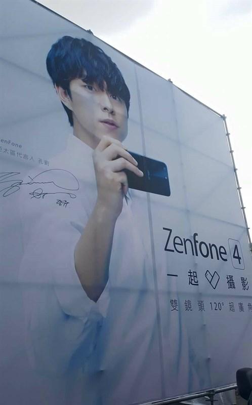 Poster lớn có hình tài tử Gong Yoo trên tay ZenFone 4