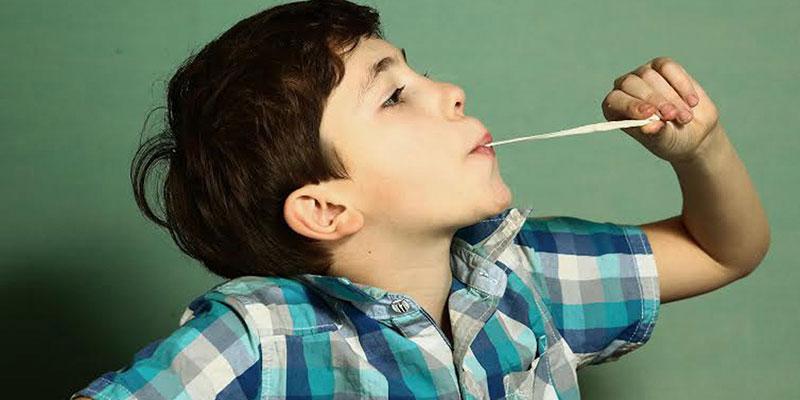 Trẻ con nuốt kẹo cao su