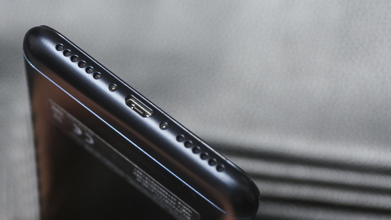 Do sở hữu viên pin lớn, trọng lượng của Zenfone 4 Max Pro khá đầm tay.