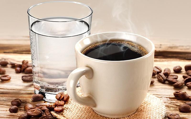Uống nước lọc trong khi dùng cà phê, trà