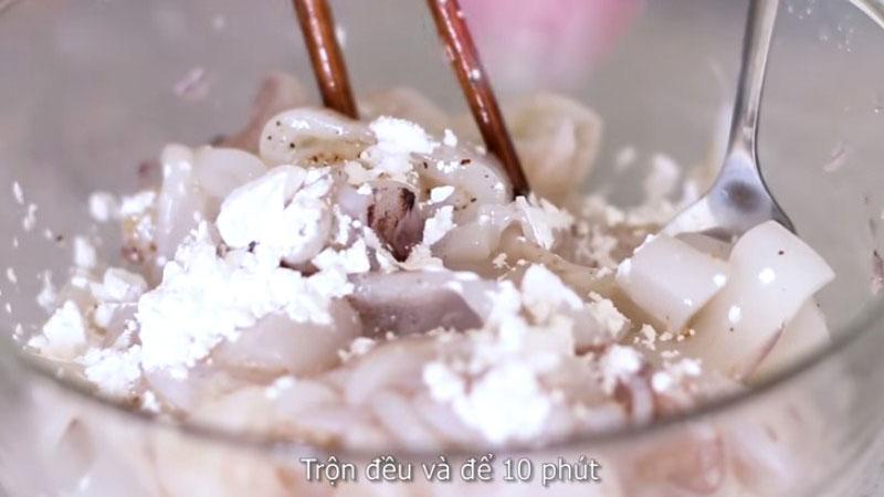Cho 1 muỗng canh lòng trắng trứng và 1 muỗng canh bộ năng vào, đảo đều và ướp trong 10 phút.