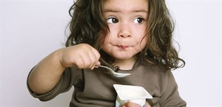 Những sai lầm khi cho bé ăn sữa chua mẹ cần biết