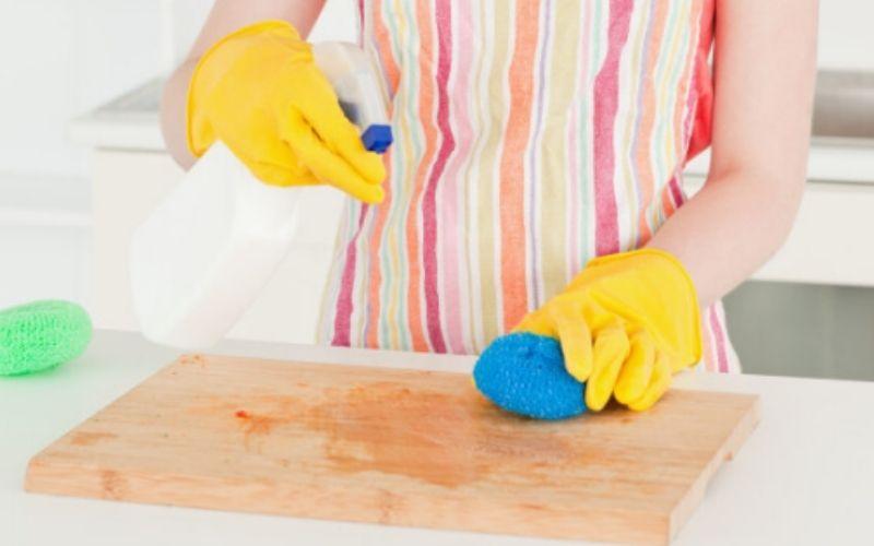 Đổ giấm ăn trực tiếp lên bề mặt thớt bẩn để trong vài phút, rửa lại với nước sạch