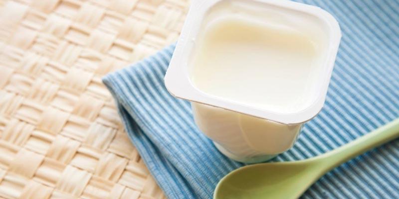 Các thành phần trong sữa chua có thể làm giảm lượng cholesterol, làm tăng sức đề kháng đối với vi khuẩn đồng thời làm ức chế sự phát triển của các khối u