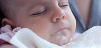 Bé uống sữa hay bị nôn, nguyên nhân và cách khắc phục?