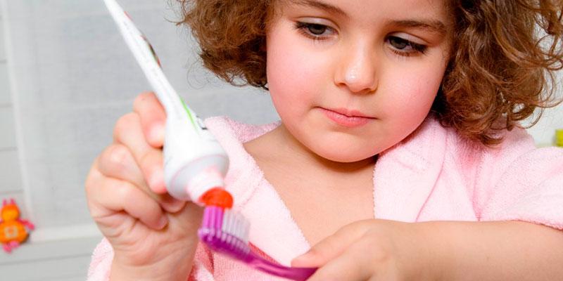 Tại sao nên thận trọng khi chọn kem đánh răng cho bé