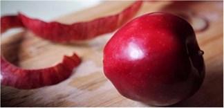 Tận dụng vỏ táo làm việc nhà