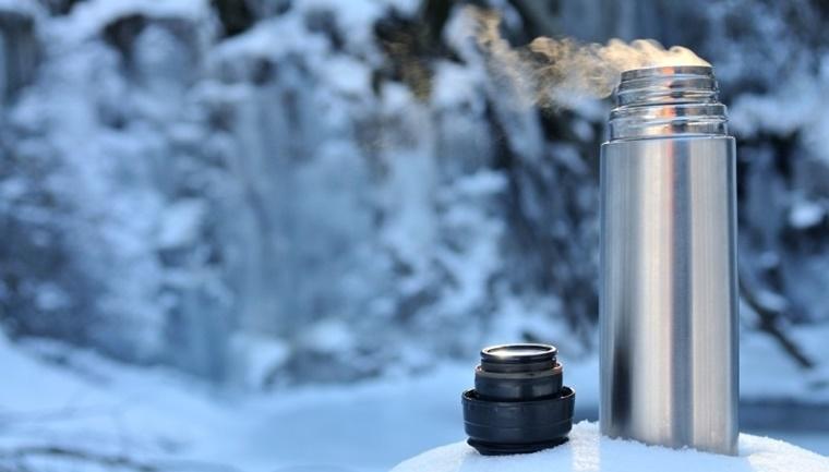 Mua bình đựng nước hay bình giữ nhiệt tốt hơn?