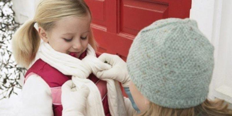 Vào mùa lạnh bạn nên mặc áo có cổ hoặc dùng khăn quàng cổ để giữ ấm và hạn chế nhiều căn bệnh phát sinh.