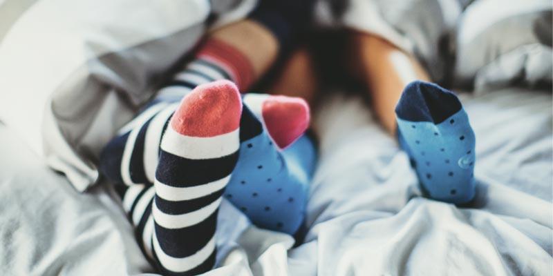 Cách tốt nhất là bạn nên mang tất ấm ở mọi nơi và mọi lúc, ngay cả ở trong nhà và trong lúc ngủ.