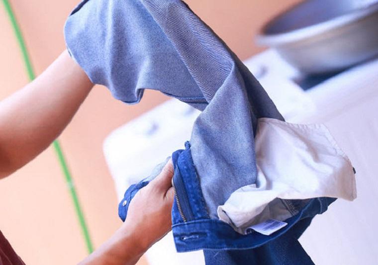 Giặt mặt trái của quần áo