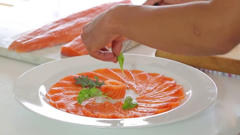 Nên hạn chế ăn cá hồi sống