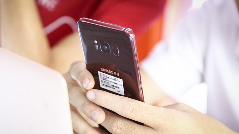 Trên tay Galaxy S8 Màu đỏ