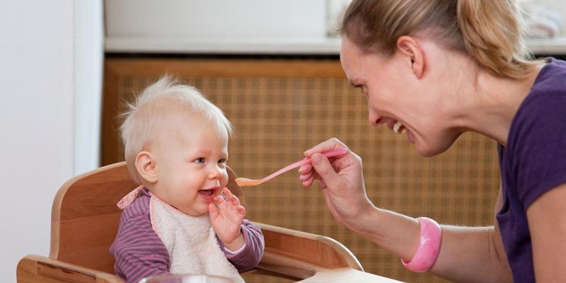 Nên hay không nên cho bé ăn dặm trước 6 tháng tuổi?