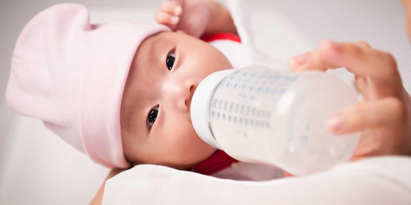 Cách thứ nhất trong trường hợp người mẹ thiếu sữa đó là bú nhờ