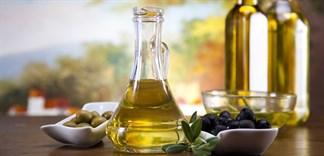 Dùng dầu oliu tẩy trang, nên hay không?