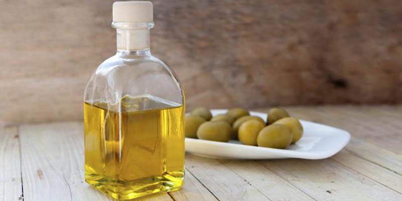 Dùng dầu oliu giúp Làm sạch dễ dàng bụi bẩn, dầu thừa và các lớp trang điểm trên da