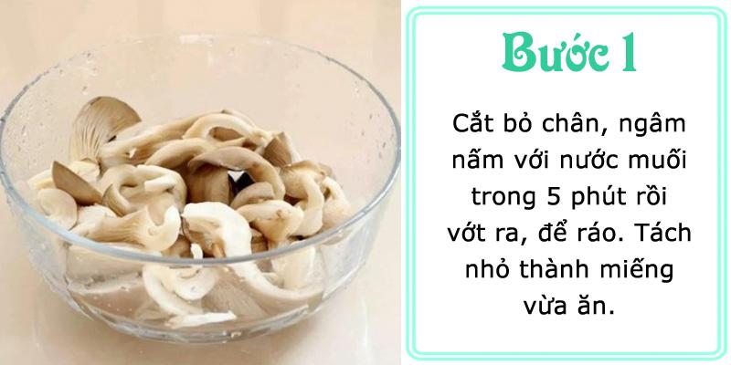 Làm sạch nấm, ngâm nước muối rồi vớt ra để ráo, tách thành miếng vừa ăn.