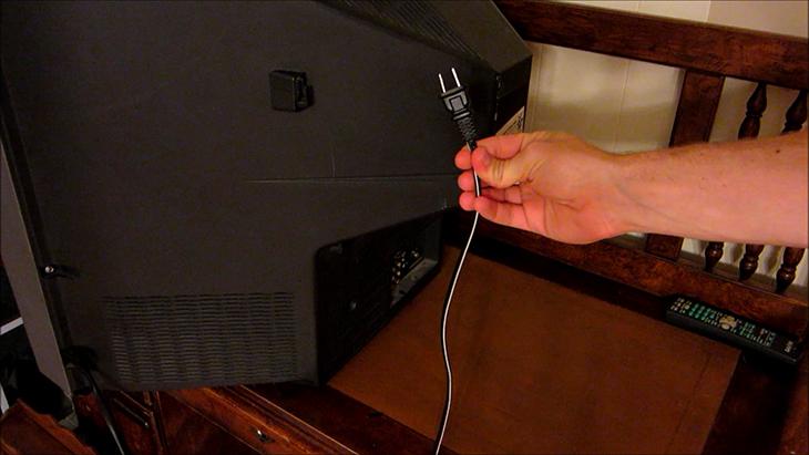 Không nên tắt tivi bằng cách rút thẳng dây điện