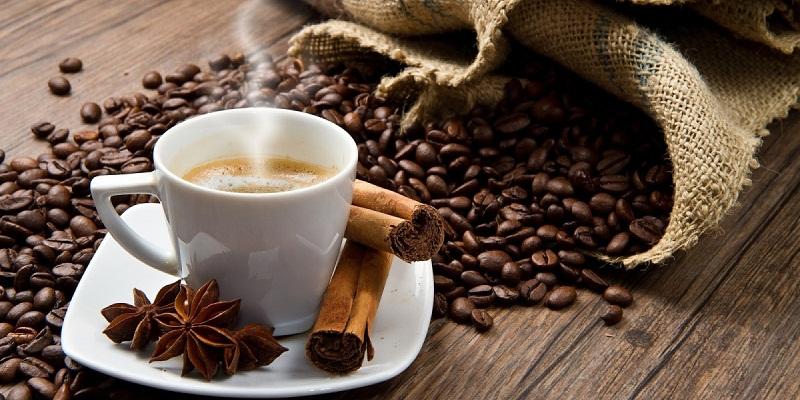 Cà phê nguyên chất sau khi pha có màu nâu từ cánh gián đến nâu đậm.