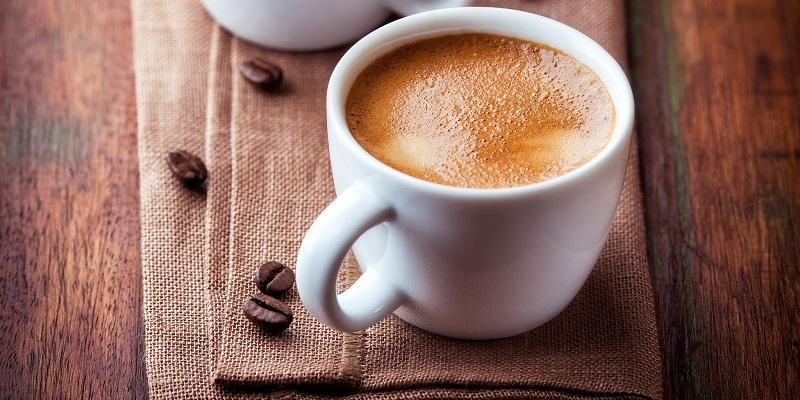 Cà phê nguyên chất có ít bọt màu nâu sáng, kích thước khá đồng đều, đục và dày, mau xẹp xuống.