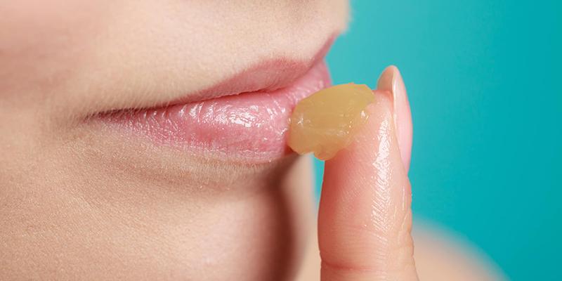 thường xuyên bôi vaseline lên môi sẽ làm mềm môi hơn