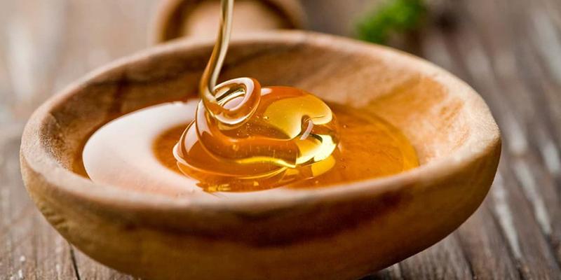 mật ong sẽ làm môi mềm hơn, hồng hào và căng mọng