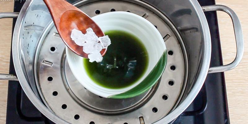 Tiếp đến cho 2 muỗng đường phèn vào nước húng chanh vừa thu được, rồi hấp cách thủy khoảng 15 phút.